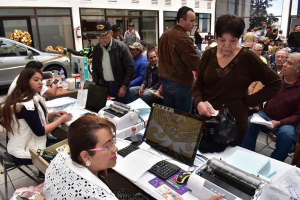 Miles de contribuyentes en el primer día de pago del Predial