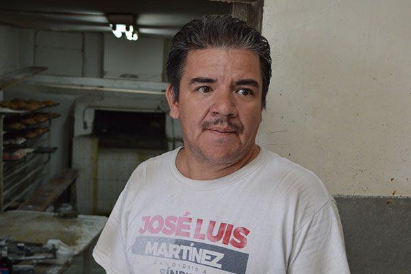 """Panadero lleva elaborando las típicas """"Roscas de Reyes"""" por más de 20 años"""
