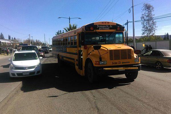 Autobús se impacta contra un vehículo en la Av. Niños Héroes