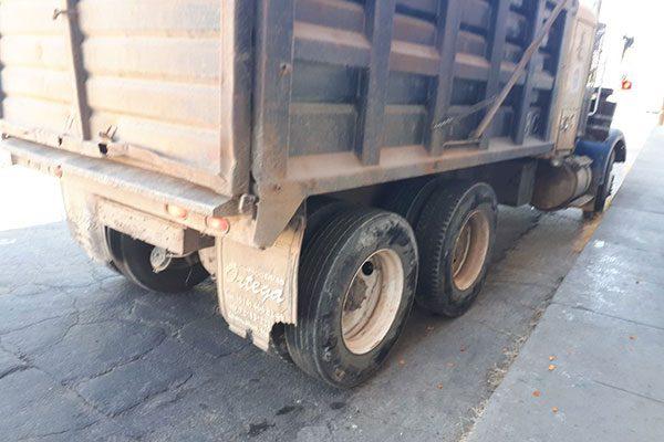 Dompe choca contra vehículo estacionado