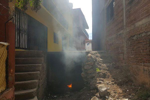 Queman basura y llantas en desagüe del Arroyo del Toro