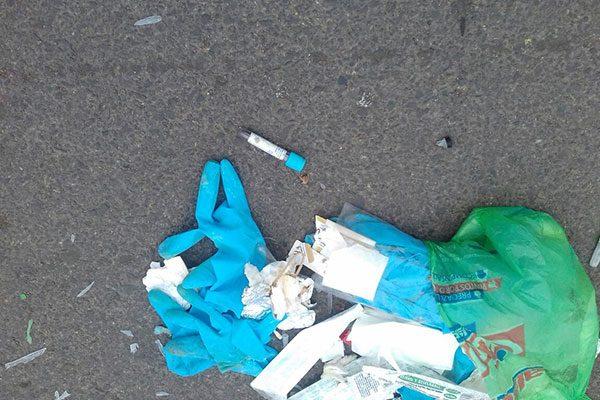 Coespris investigará la procedencia del material médico tirado en una calle