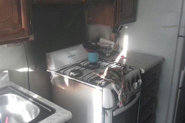 Incendio en vivienda; explota estufa de gas