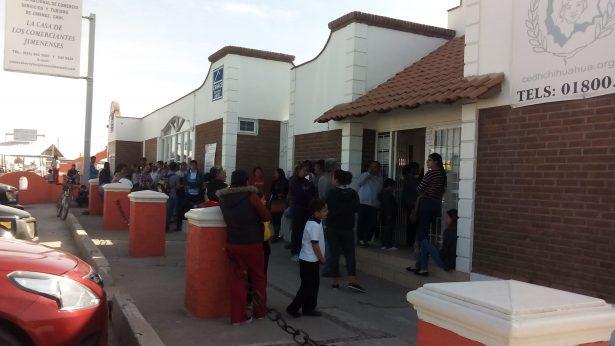 Saturan módulos del INE por credenciales en Jiménez
