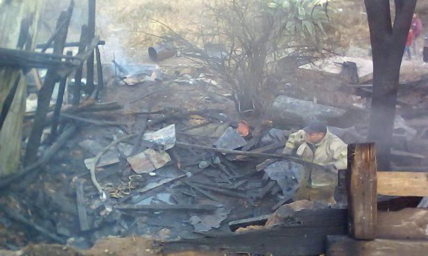 VIDEO: Se queman cuartos de madera tras incendio en la colonia Nuevo Parralito