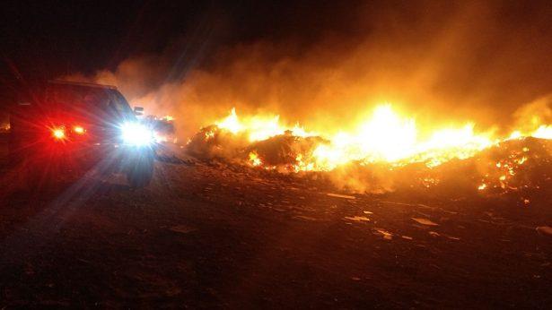 Peligroso incendio provocado en basurero de Allende, continúa a estas horas