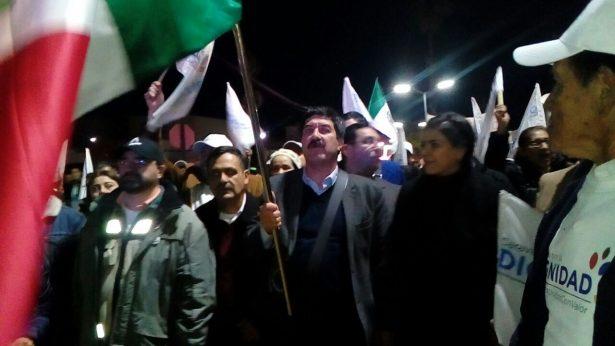 Se integra Corral a la marcha; lo acompaña el Alcalde