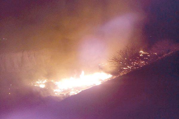 Incendio en predio consumió cintillas de riego y arpillas