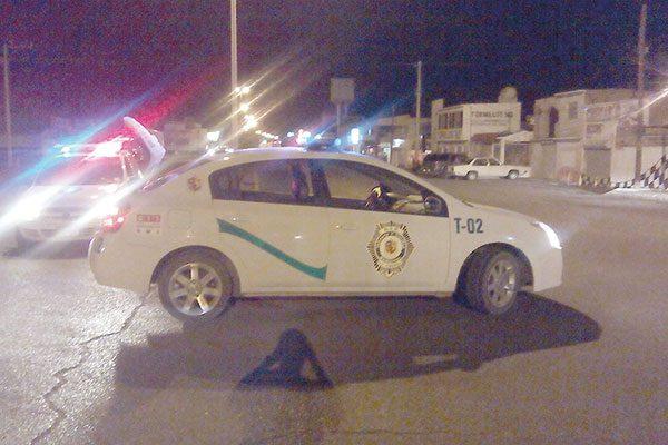 Camión en reversa choca contra vehículo