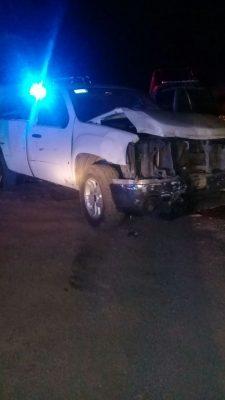 Camioneta choca dos unidades de policía, resultó ser robada