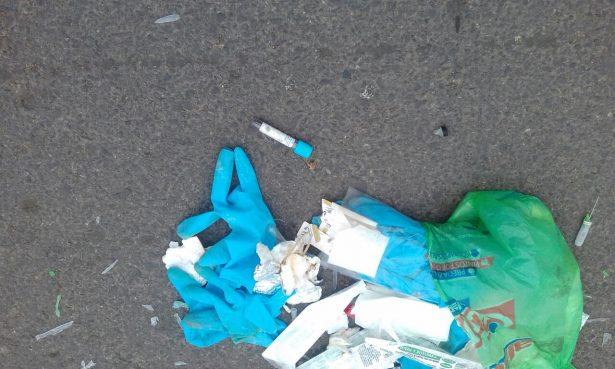 Localizan residuos de laboratorio tirados en el centro de la ciudad