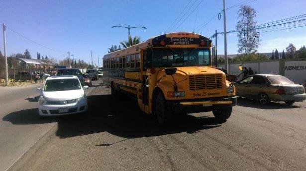 Choca camión de pasajeros contra automóvil