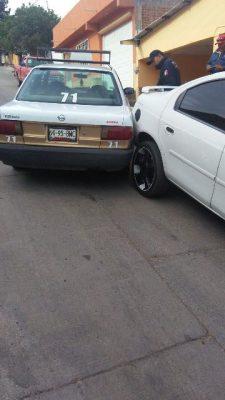 Se impactan automóviles en arteria de la colonia Loma Linda