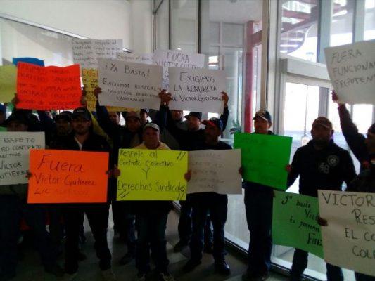 [Galería y Videos] Cierran el área de cajas de la Jmas trabajadores sindicalizados; exigen la destitución de Gutiérrez