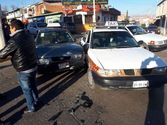 Chocan dos taxis en el boulevard; una pequeña lesionada