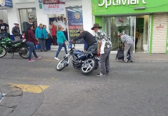Cae mujer de motocicleta recién comprada en calles del centro de la ciudad