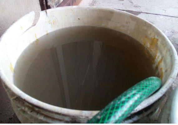 Reciben vecinos el agua contaminada