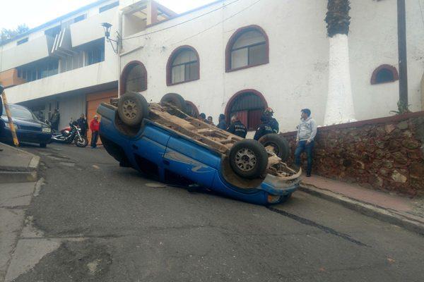 Volcadura en plena calle De Cerro
