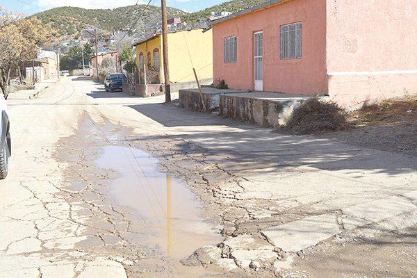 Calles de Santa, deterioradas y sin pasos peatonales