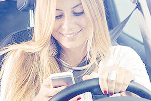 Hablar por celular, principal causa de accidentes viales