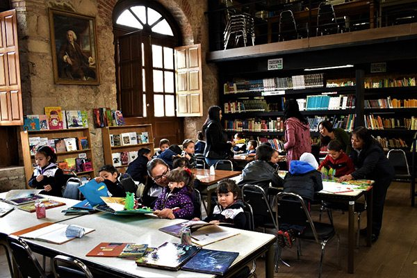 Más de cien niños de kínder, de visita en la biblioteca