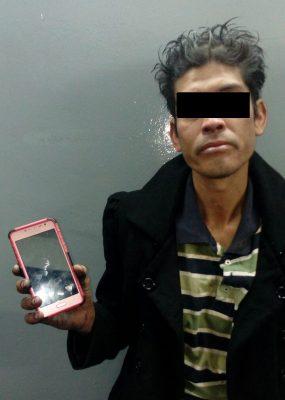 Detienen a hombre por robo de un celular