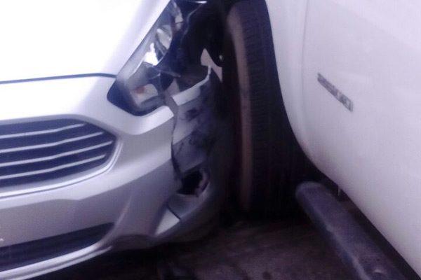 Choca unidad de la Fiscalía a automóvil