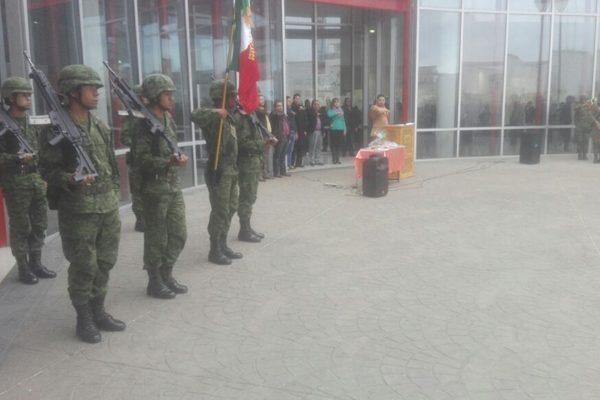 Alumnos realizan el acto simbólico de protesta de la Constitución
