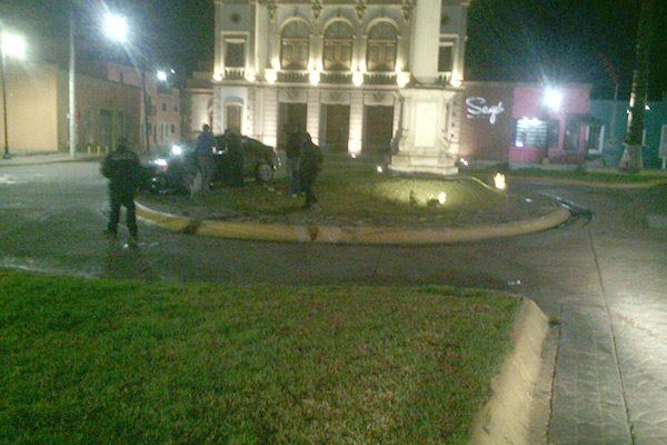 Vuelca auto en la glorieta Hidalgo