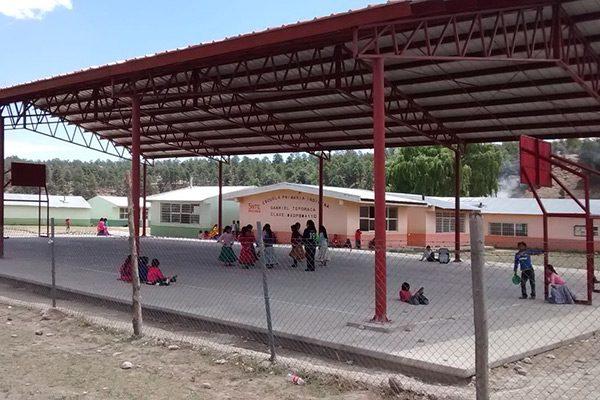 Instalan 3 techumbres en escuelas de Balleza