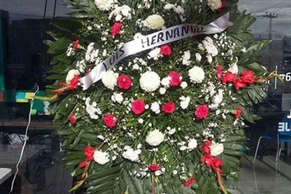 Aparece corona funeraria afuera de un restaurante
