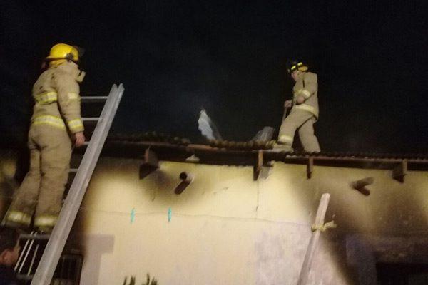 Arde casa en Pueblito de Allende; daños totales