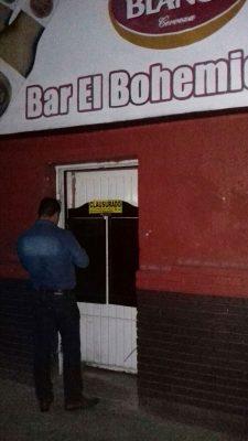 Clausuran bar; sorprenden bebiendo a la empleada