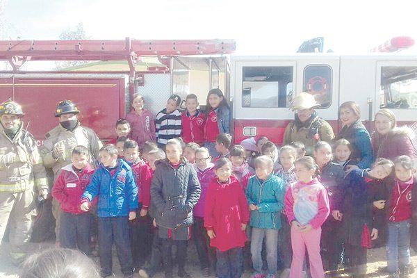 En Escuela bomberos conviven con niños de primaria