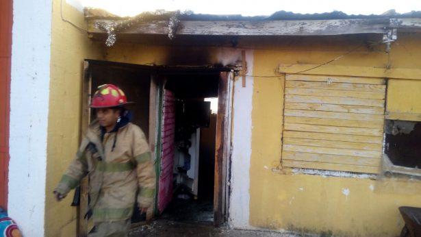 Debido a un corto circuito, se incendia casa en el Rancho El Mimbre