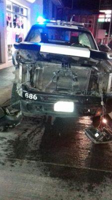 Estatal omite luz roja y provoca fuerte accidente