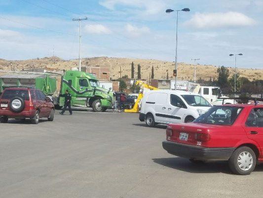Caos vial en la vialidad por trailer averiado
