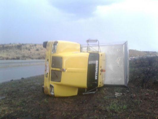 Vuelca camión de carga en la rúa Jiménez Parral