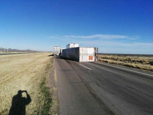 Vuelca camión de carga en la carretera Gómez Palacio- Jiménez