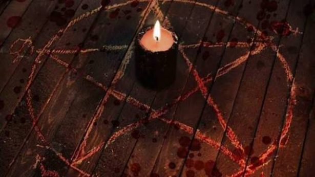 Circula en redes sociales video en donde posiblemente Humberto C. realiza lo que podría ser un ritual satánico