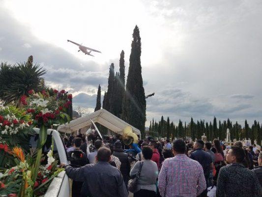 Con avionetas en el cielo, cientos despiden a Aarón Rodríguez