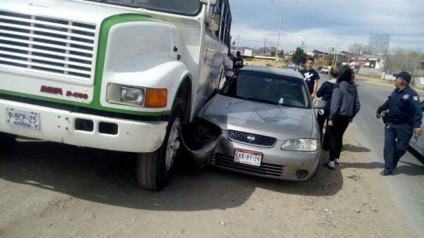 Se impacta camión urbano contra automóvil particular