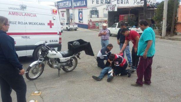 Choca motocicleta contra camioneta en LA col. PRI