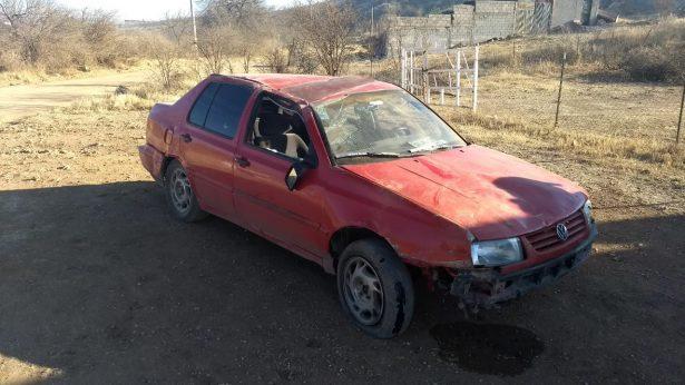 Hallan automóvil abandonado en camino de terracería en Santa Rosa
