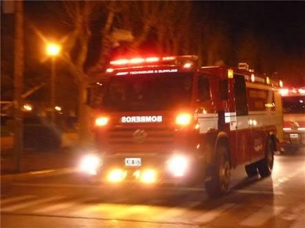 Arde en llamas vehículo pick up y cuarto de una vivienda en ejido Corral de Piedra, municipio de Santa Bárbara