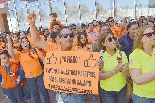 Presionan maestros para pago de salarios