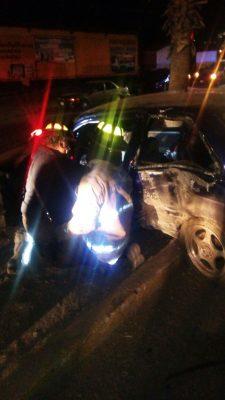Queda atrapado en su vehículo tras accidente en la ave. Niños Héroes