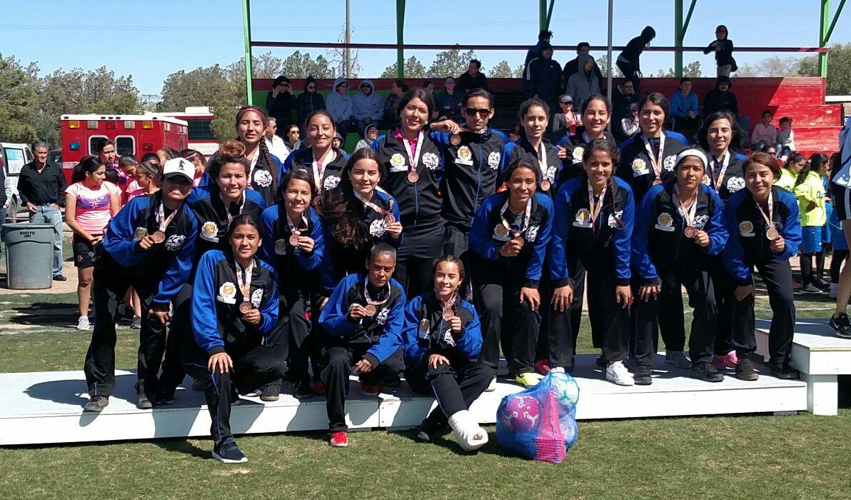 En la gráfica, el equipo de Parral mostrando su medalla de bronce. Foto Cortesía