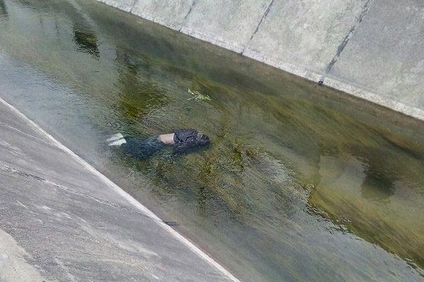 Encuentran a un hombre ahogado en un canal