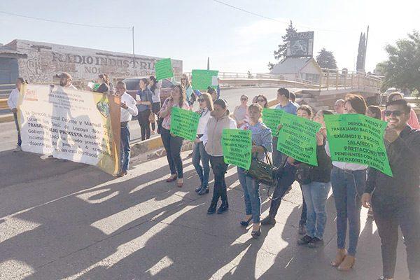 Manifestación de docentes; exigen pago de su salario